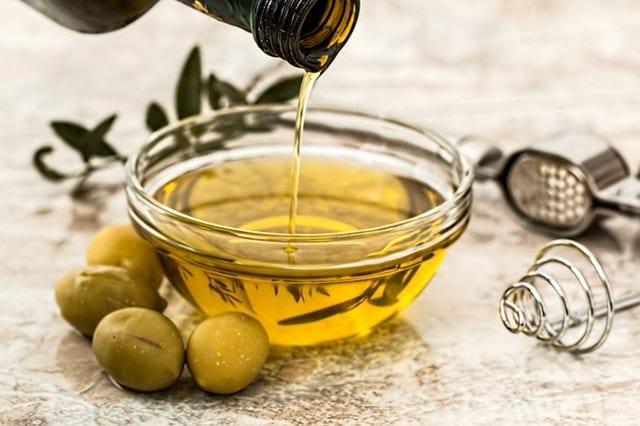 olive oil in glasss
